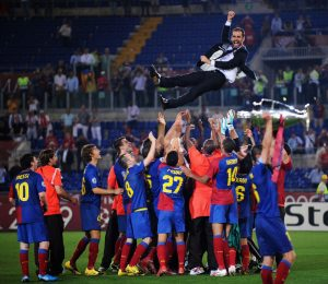 Pep Guardiola wird nach dem Gewinn der Champions League von seinen Spielern gefeiert
